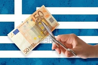 6869794-mano-taglia-le-banconote-in-euro-sullo-sfondo-di-bandiera-greca