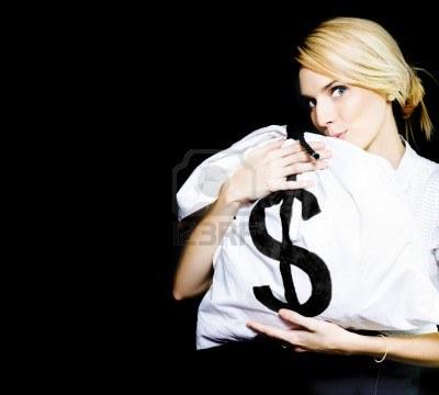 13521451-image-studio-di-una-donna-baciare-una-borsa-di-soldi-full-of-guadagni-monetari-e-di-guadagnare-in-un