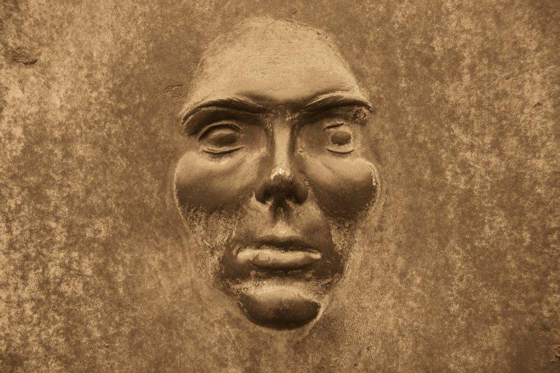 Crema da orli su una faccia dopo posti