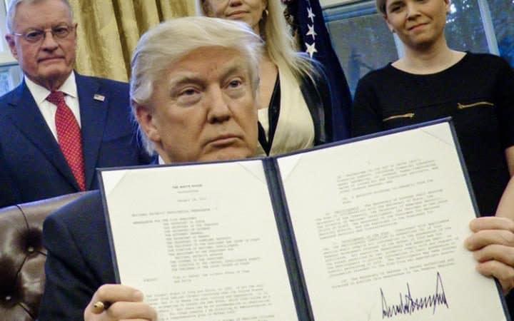 donald-trump-firma-ordine-esecutivo